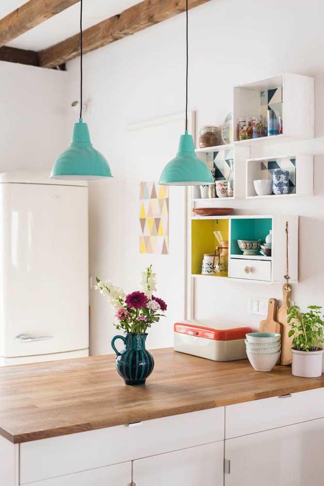 Se você não abre mão de uma cozinha branca, experimente colocar as cores nos detalhes. Aqui, por exemplo, são as pequenas peças vintage que colorem o ambiente