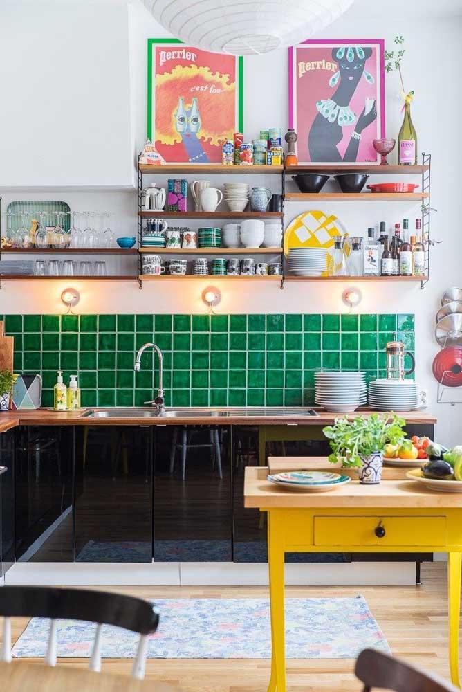 A força do contraste de cores para marcar essa cozinha vintage de personalidade