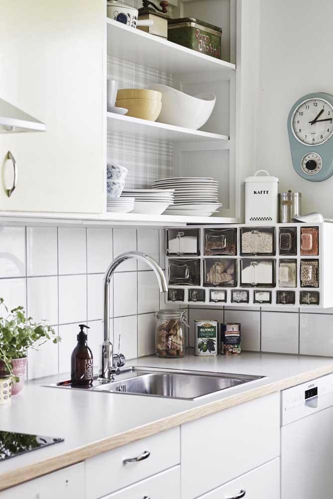 O mix entre o vintage e o moderno é bem evidente nesse modelo de cozinha. Repare na combinação entre peças garimpadas, como o relógio na parede, e os móveis mais atuais