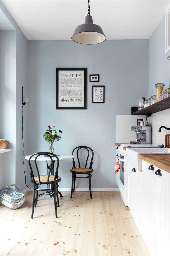 Mas se preferir, pinte as paredes em tom de azul pastel para realçar com o tom dos móveis