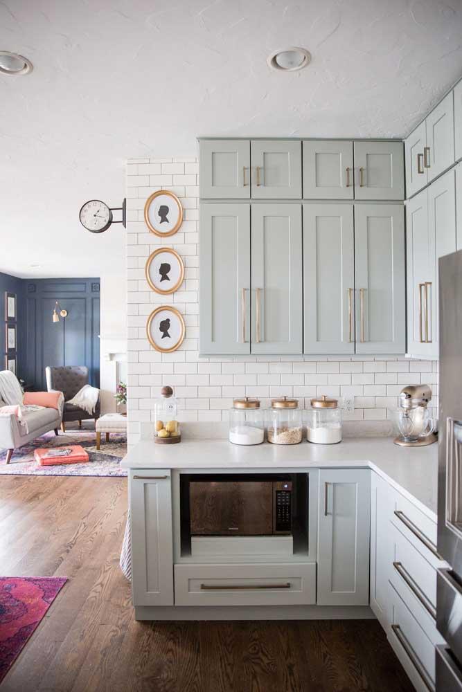 Cozinha vintage com armários em estilo provençal, não é demais?
