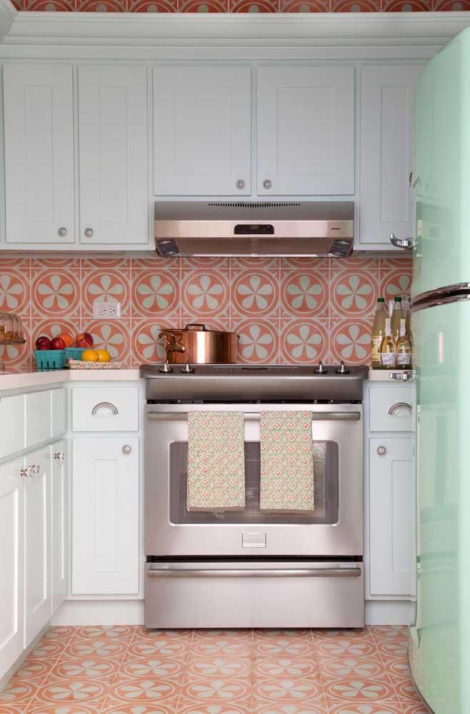 Já essa cozinha vintage com ladrinhos em vermelho e verde combinando com a geladeira é demais!
