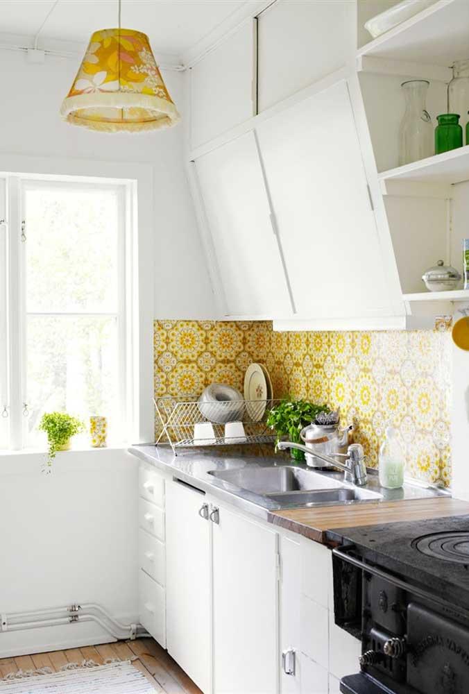 Que tal agora uma cozinha com azulejos vintage? Destaque para a luminária que traz o mesmo tom do revestimento