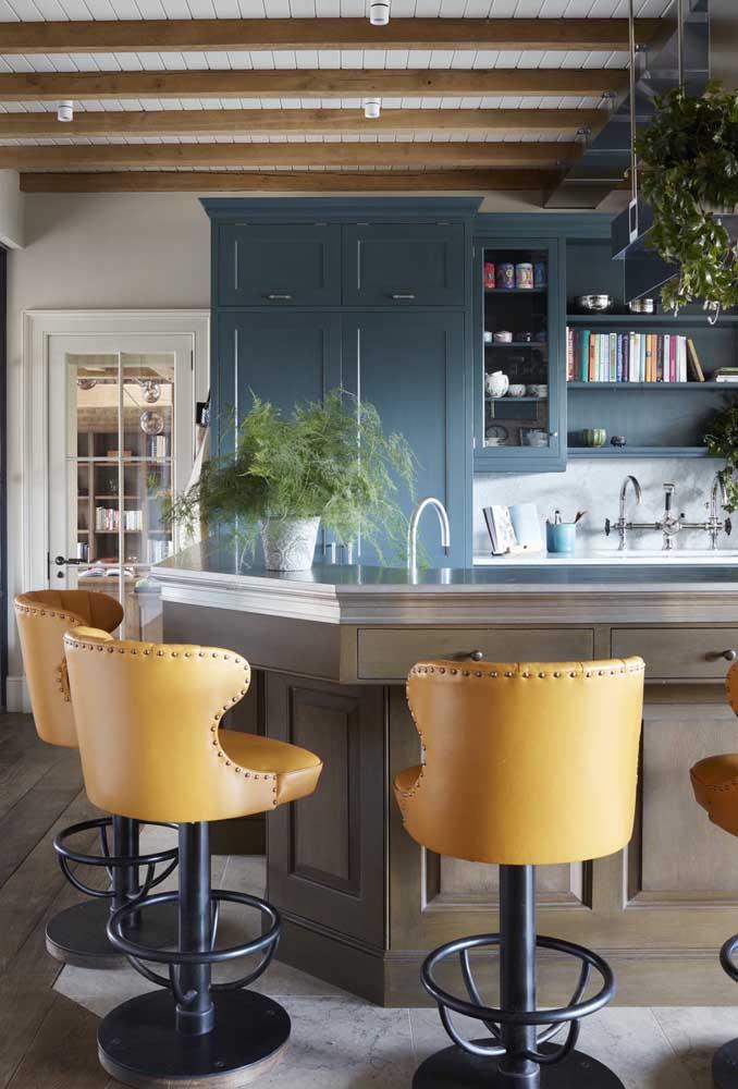 Madeira e couro também é uma boa combinação de materiais para a decoração vintage