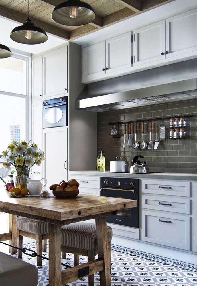 Madeira para trazer um toque rústico para a cozinha vintage branca