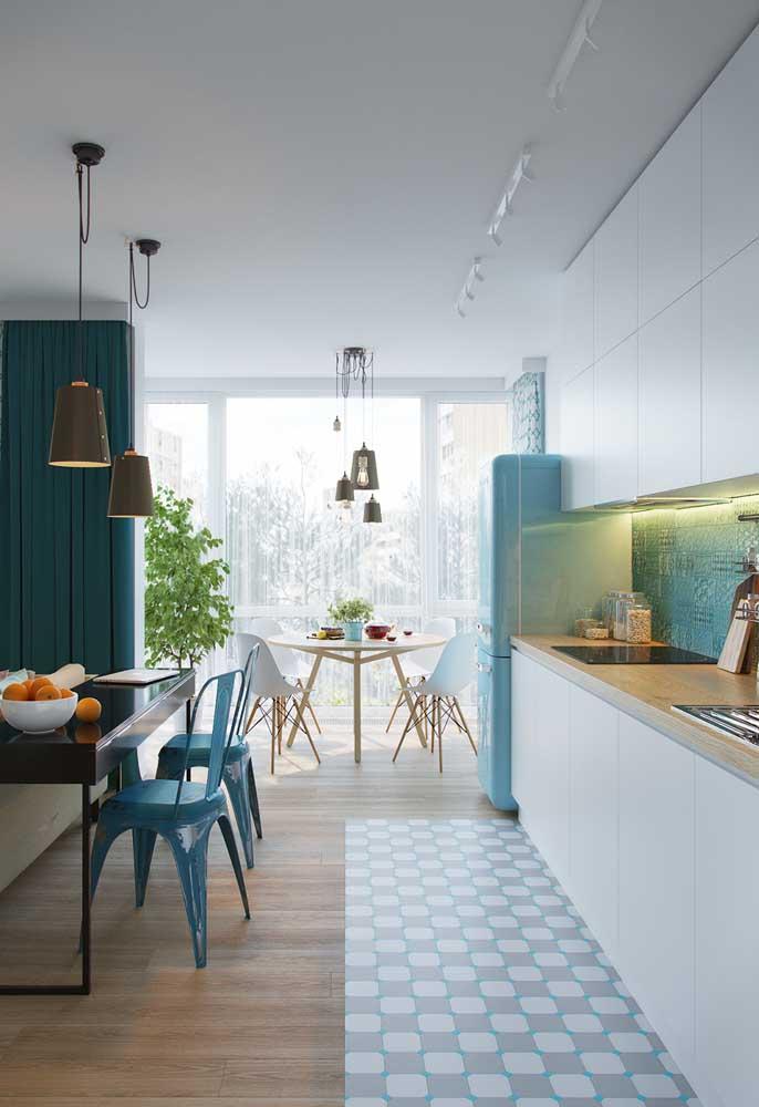 Cozinha vintage azul e branca