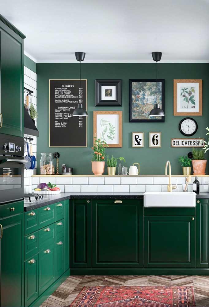 Quem resiste a uma cozinha vintage em verde esmeralda? Puro luxo!