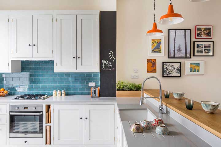 Mas se ficar tudo muito branco, invista em um revestimento colorido para trazer vida para cozinha vintage