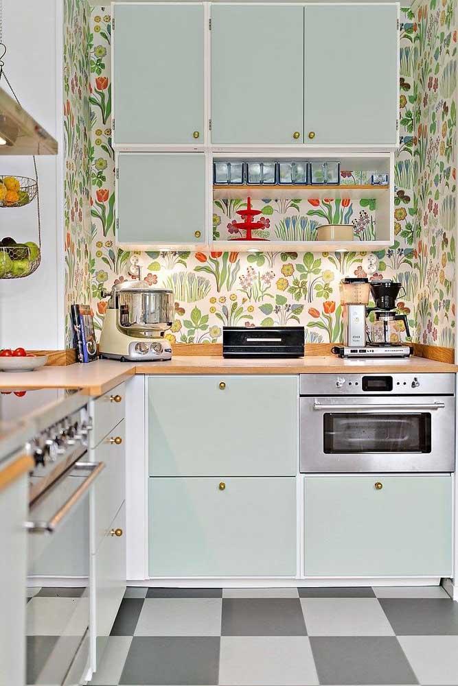 Um papel de parede com estampas alegres e coloridas também é bem vindo na cozinha vintage
