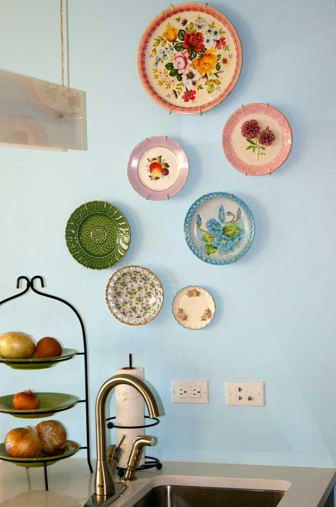 Pendure os pratos da sua mãe na parede e pronto, sua cozinha já ganhou ares vintage!