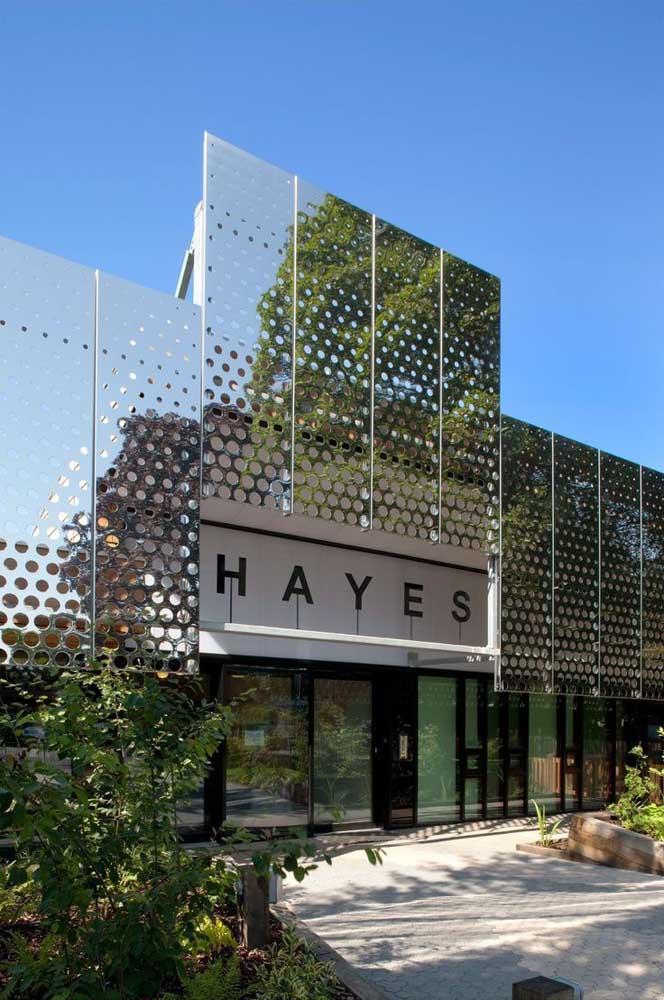 Moderna, essa fachada comercial traz o nome da empresa em um letreiro simples