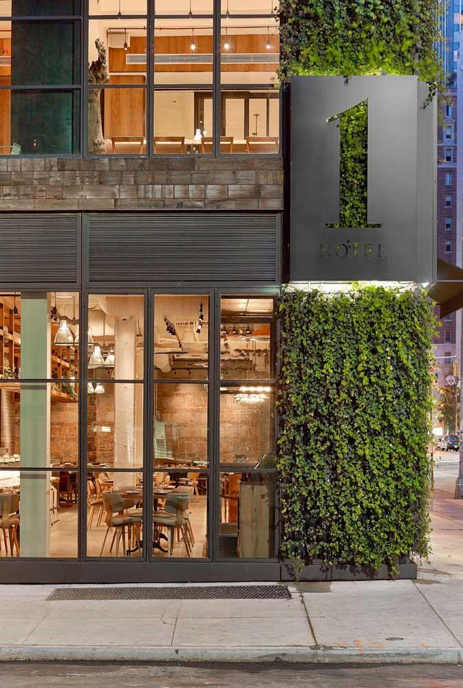 Fachada comercial com muro verde: ótima ideia!