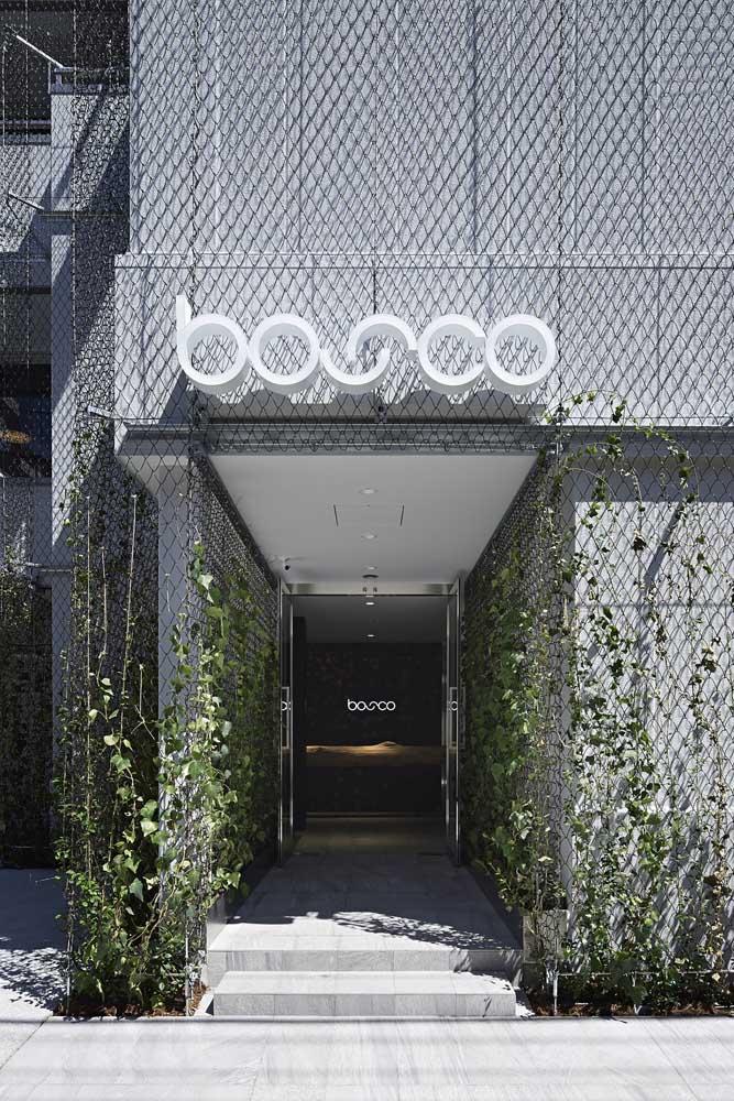 Já nessa outra inspiração, as plantas trepadeiras podem correr livremente pela estrutura metálica usada na fachada moderna