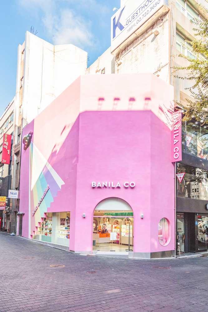 Essa fachada comercial na esquina precisava chamar atenção, para isso, investiu sem medo no rosa pink