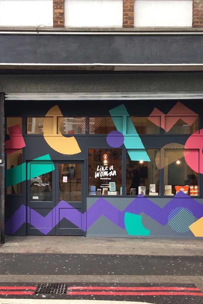 A pintura colorida deu um novo ar para essa fachada comercial simples