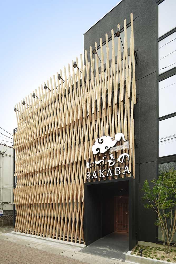 A combinação entre a madeira clara e a cor preta traz modernidade e receptividade para a fachada comercial
