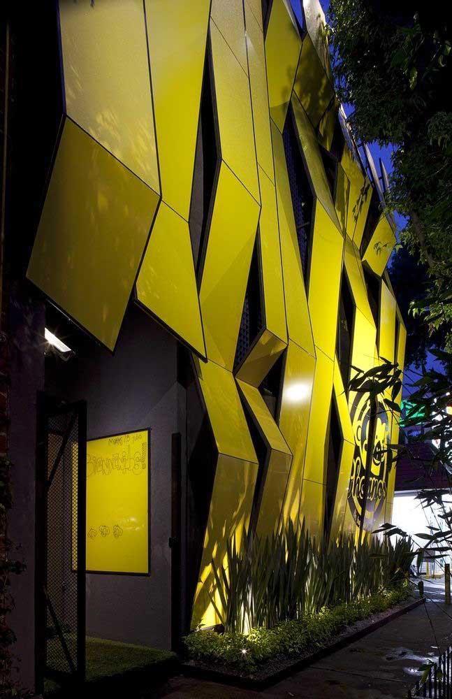 O projeto de iluminação garante o destaque que a fachada precisa durante a noite