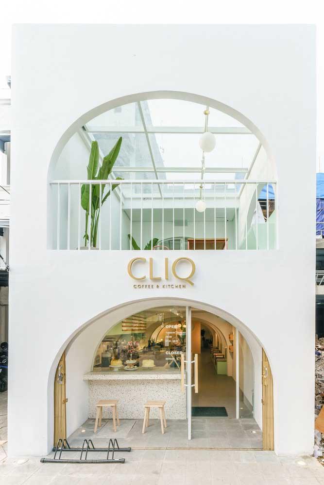 Fachada comercial de um café projetada com modernidade e delicadeza