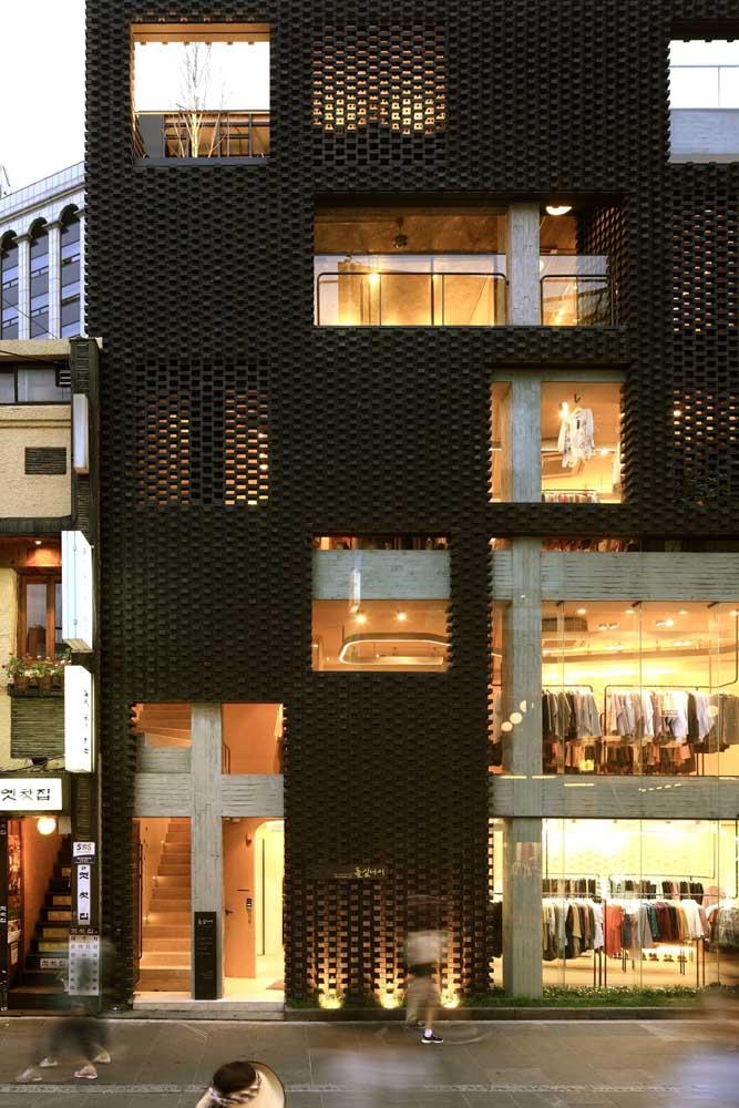 Fachada comercial de uma loja de roupas. Repare como o projeto de iluminação faz toda diferença