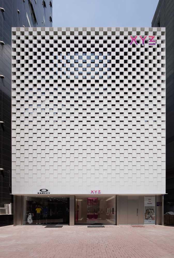 Para a fachada da loja de roupas a opção foi por um revestimento de concreto
