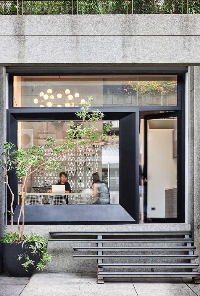 O vidro ajuda a aproximar quem está do lado de fora para o interior da loja