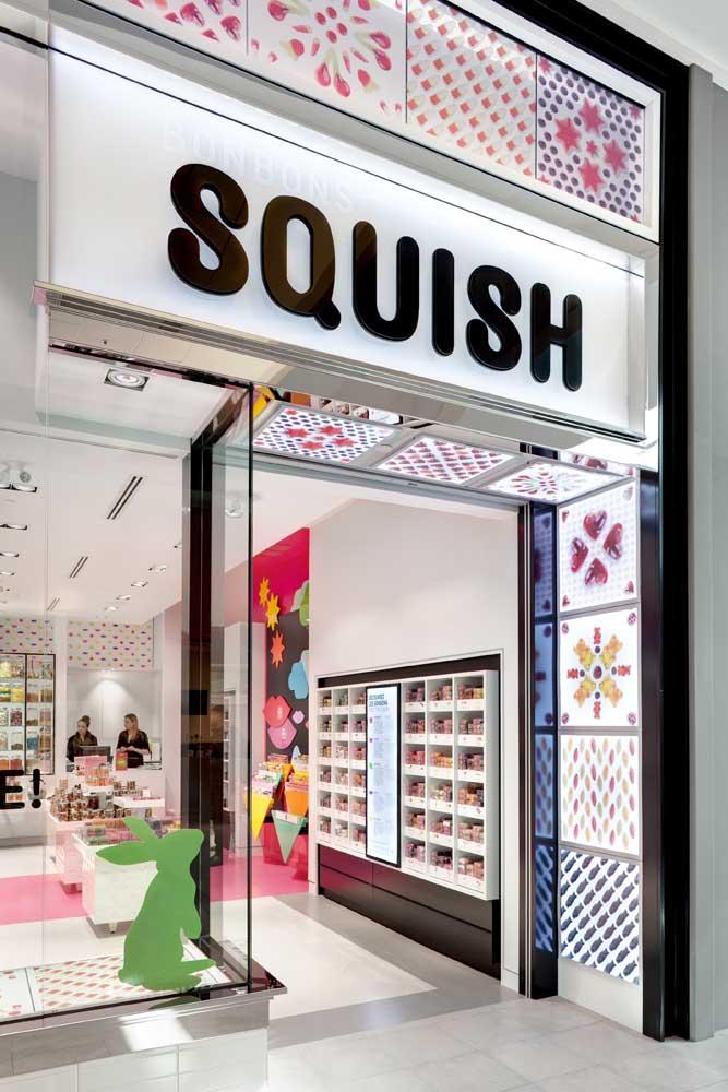 Nessa outra loja, o logotipo também ganha o acompanhamento de luzes