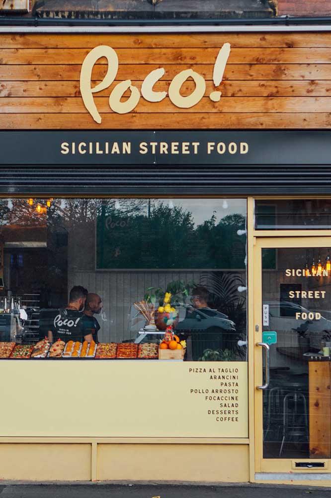 Já para a loja de comida, a ideia foi revestir a fachada com madeira, valorizando o clima aconchegante e acolhedor