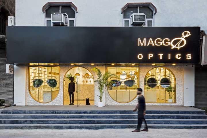 Olha essa ideia de fachada de ótica, que genial! Foram colocados óculos gigantes que refletem a rua