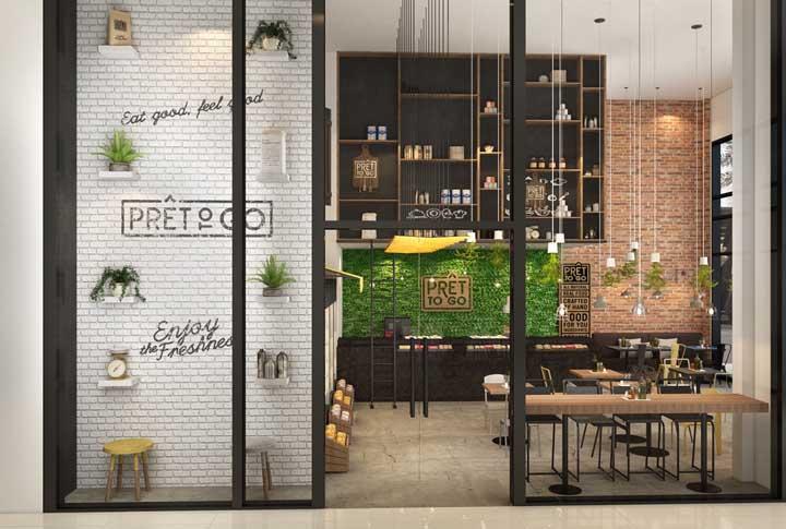 Essa fachada comercial toda em vidro exibe com orgulho a decoração linda e moderna que habita o lado de dentro da loja