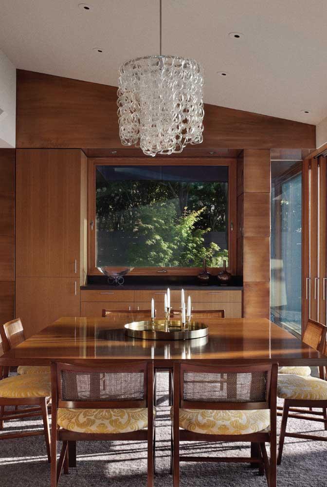 Que belo lustre de cristal para sala de jantar.