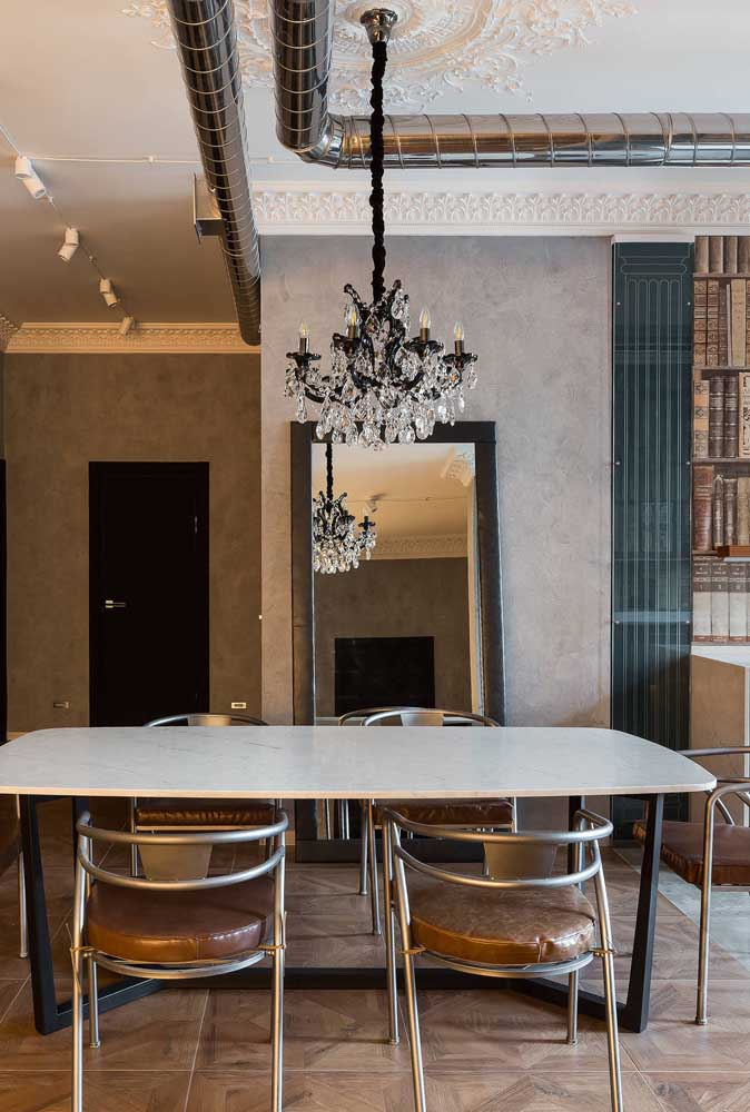 O lustre para sala de jantar pequena deve ser adequado ao tamanho da mesa.