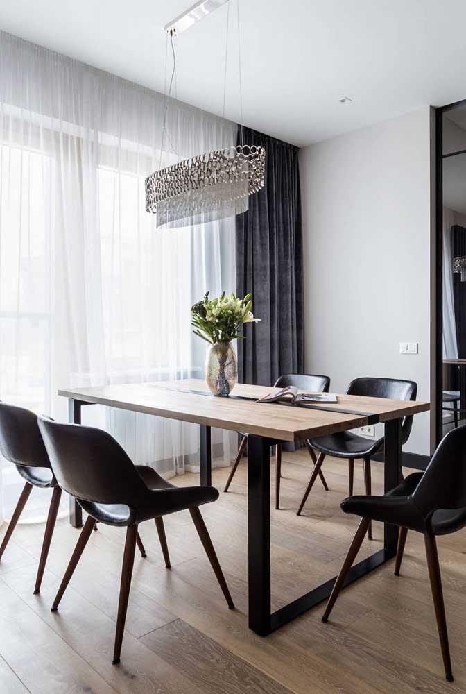 O lustre além de iluminar o espaço ainda realça a beleza da sala de jantar.