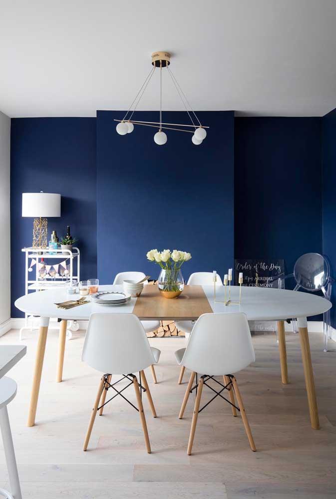O que acha de escolher o lustre na mesma cor da mesa de jantar?