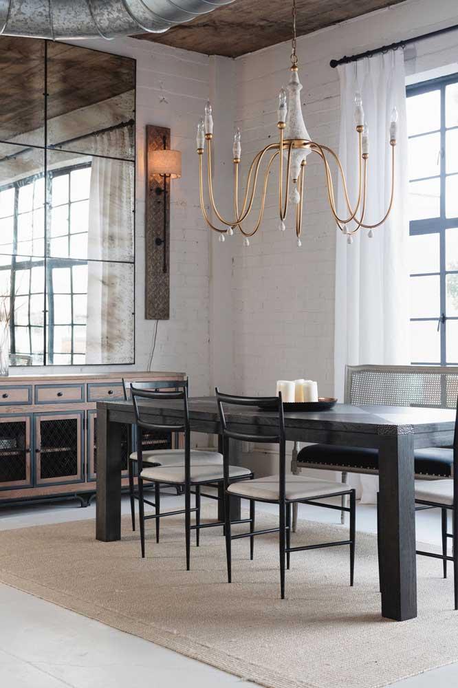 Com o lustre você pode ir do clássico ao moderno na decoração da sala de jantar.