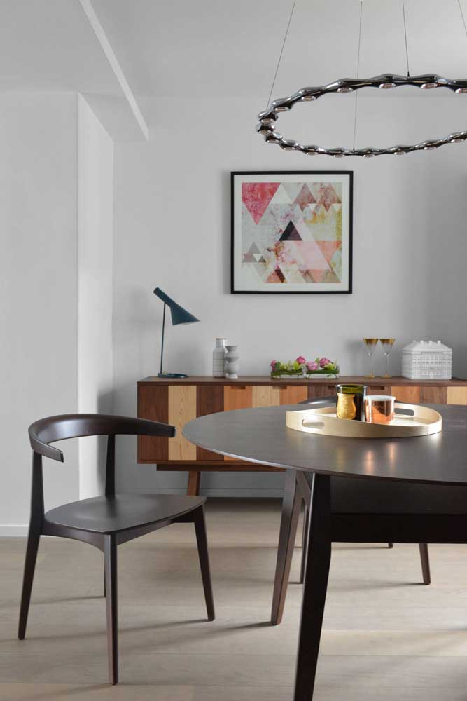 Este modelo de lustre redondo para sala de jantar é perfeito se você precisa de uma boa iluminação.