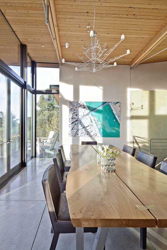 Você pode combinar estilos diferentes entre o modelo de lustre e a decoração da sala de jantar.