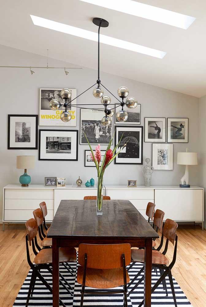Dependendo da altura do lustre é possível acrescentar um objeto decorativo em cima da mesa.