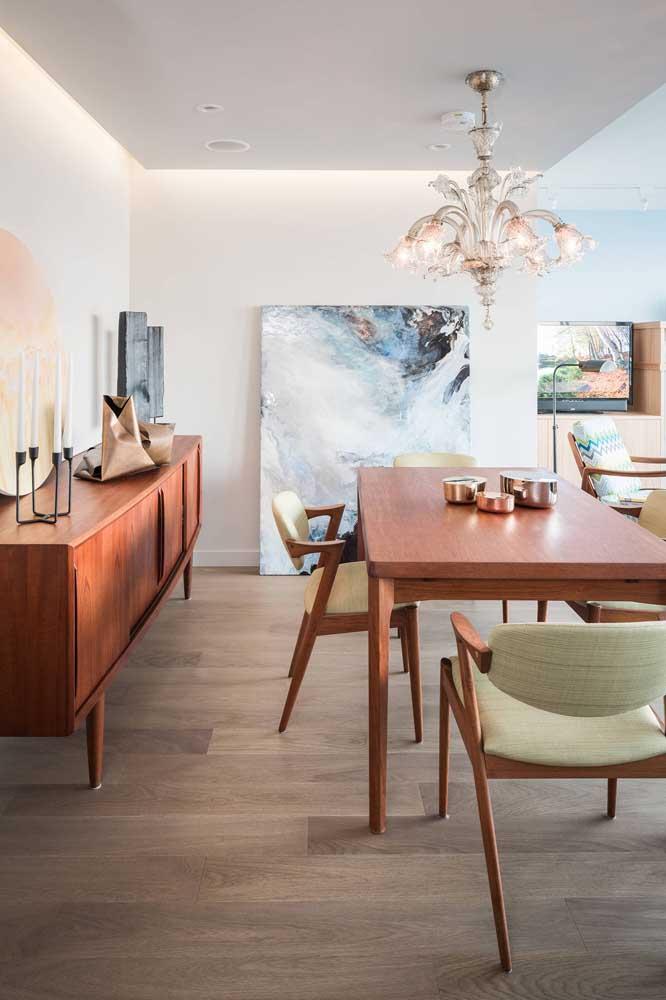 Veja que lustre clássico para você decorar a sala de jantar.