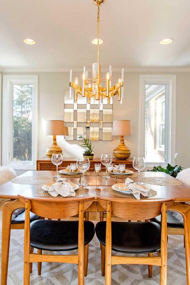 No caso da mesa quadrada é mais indicado usar o lustre redondo.