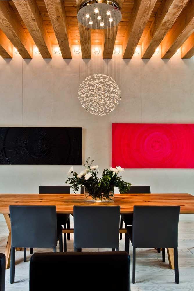 Que tal escolher um lustre diferenciado para decorar a sala de jantar?