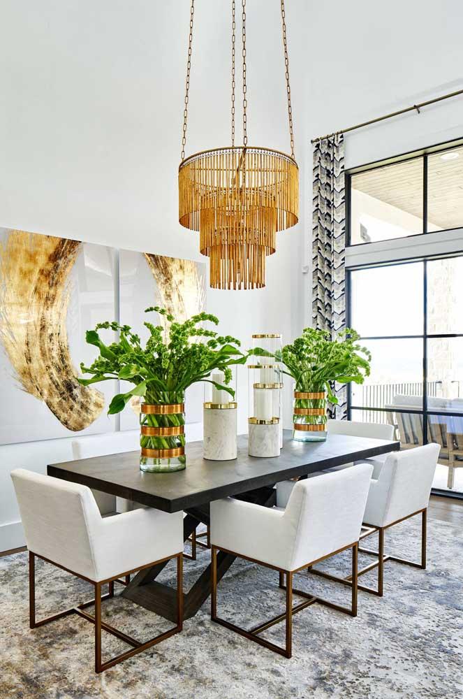 Instale o lustre entre 75 a 90 cm acima da mesa para ter liberdade de colocar peças decorativas na mesa.