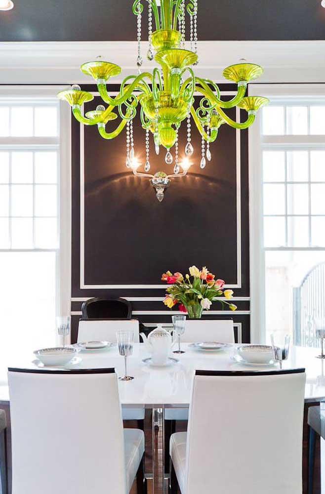 O que acha de escolher um lustre colorido para iluminar a sala de jantar?