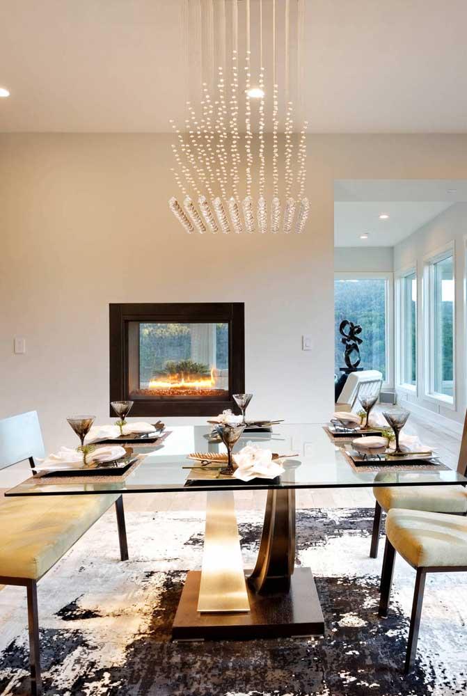 Que tal escolher um lustre quadrado para sala de jantar para combinar com a mesa quadrada?