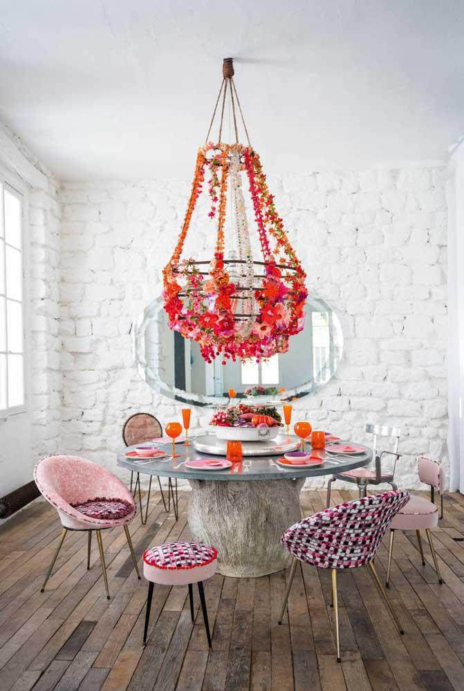 Mas se a intenção é fazer uma decoração mais romântica o que acha desse modelo de lustre?