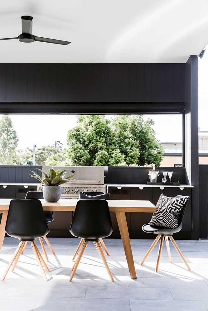 Que tal uma área gourmet pequena bem iluminada e com móveis pretos? Maravilhosa!