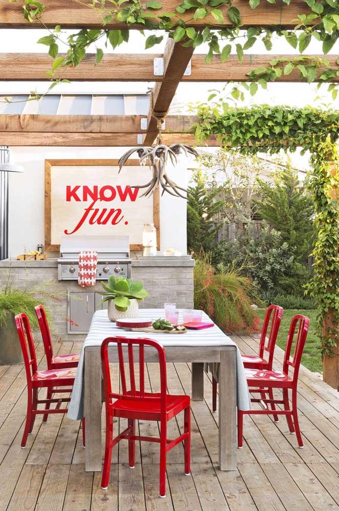Agora se você quiser se sentir na Toscana, experimente criar sua área gourmet pequena no jardim sob a sombra de um pergolado