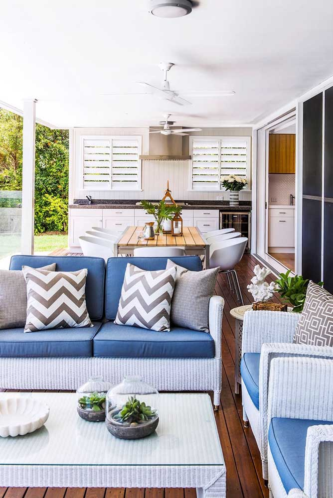 Área gourmet pequena com espaço para refeições e outro espaço para área de estar