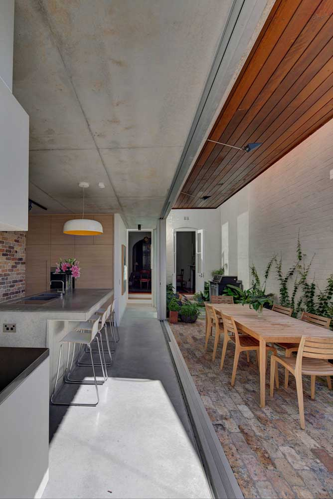 Área gourmet pequena entre o rústico e o moderno