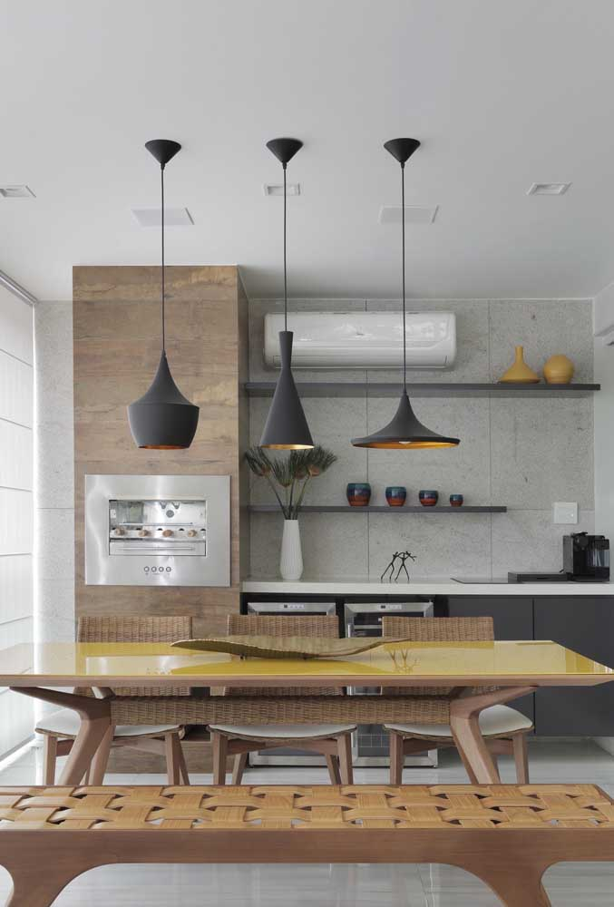 Área gourmet pequena de apartamento. Destaque para o trio de luminárias que deixam o ambiente mais bonito e acolhedor