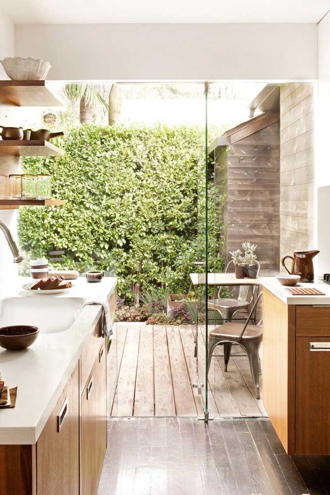 Rústica e integrada com o jardim. A porta de vidro torna essa integração mais fluida e harmônica
